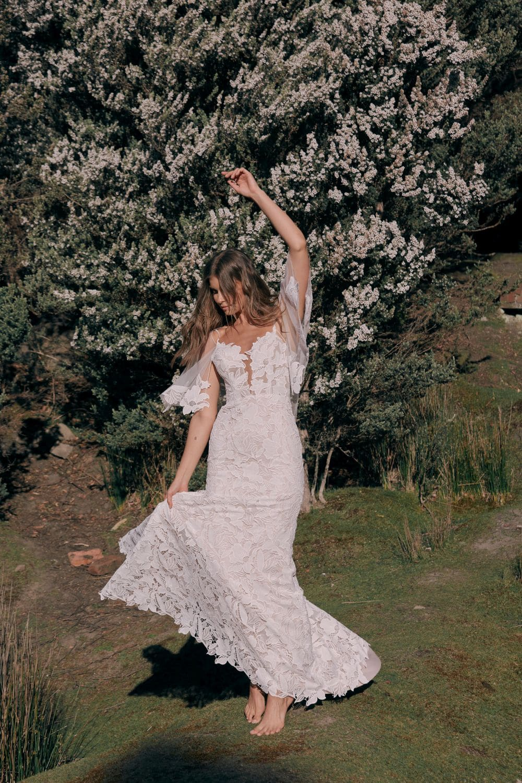 dansende gelukkige bruid